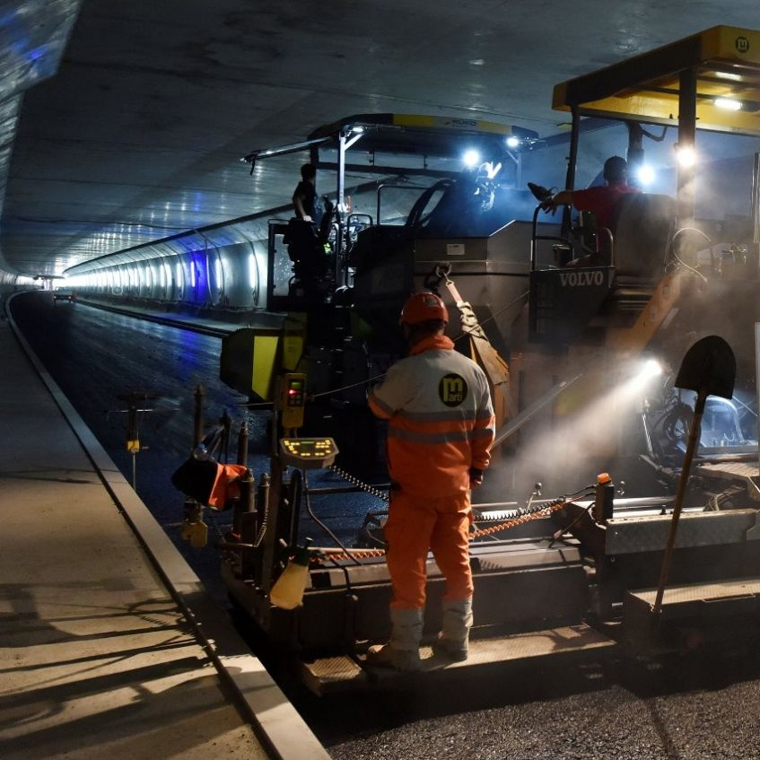 Paving the asphalt in the Belchen Tunnel