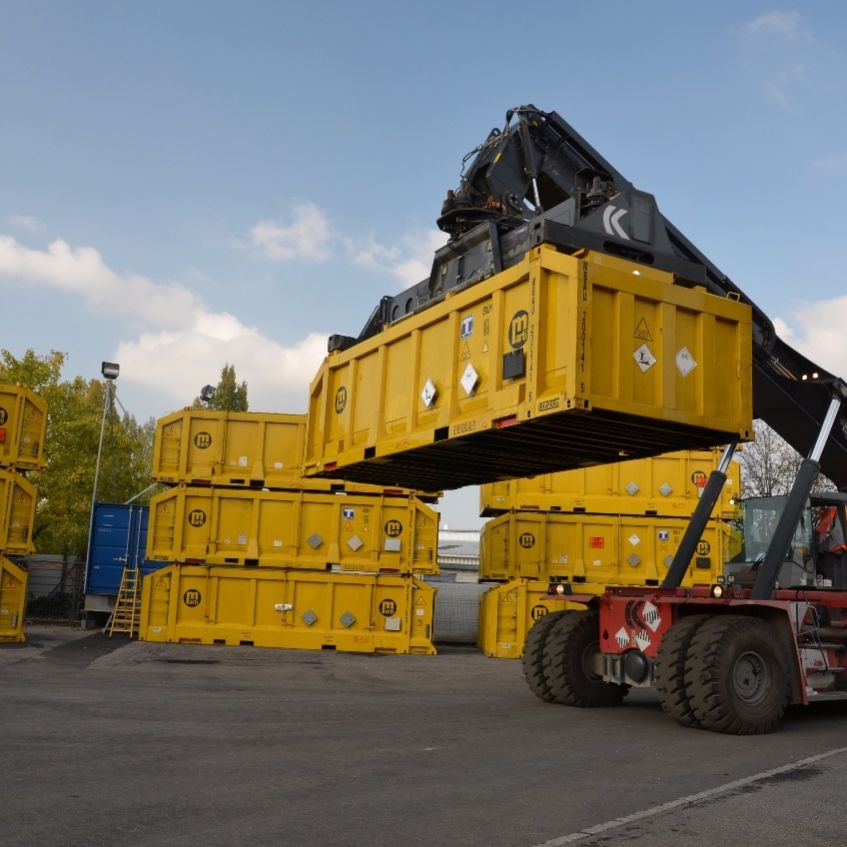 Handling of containers on site with a reachstacker