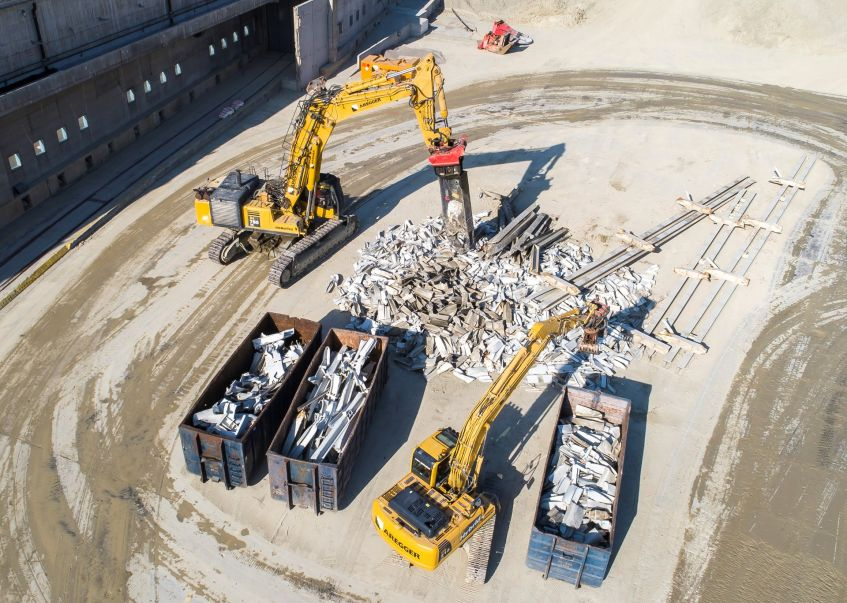 Breaking up steel and sorting materials with hydraulic demolition shears