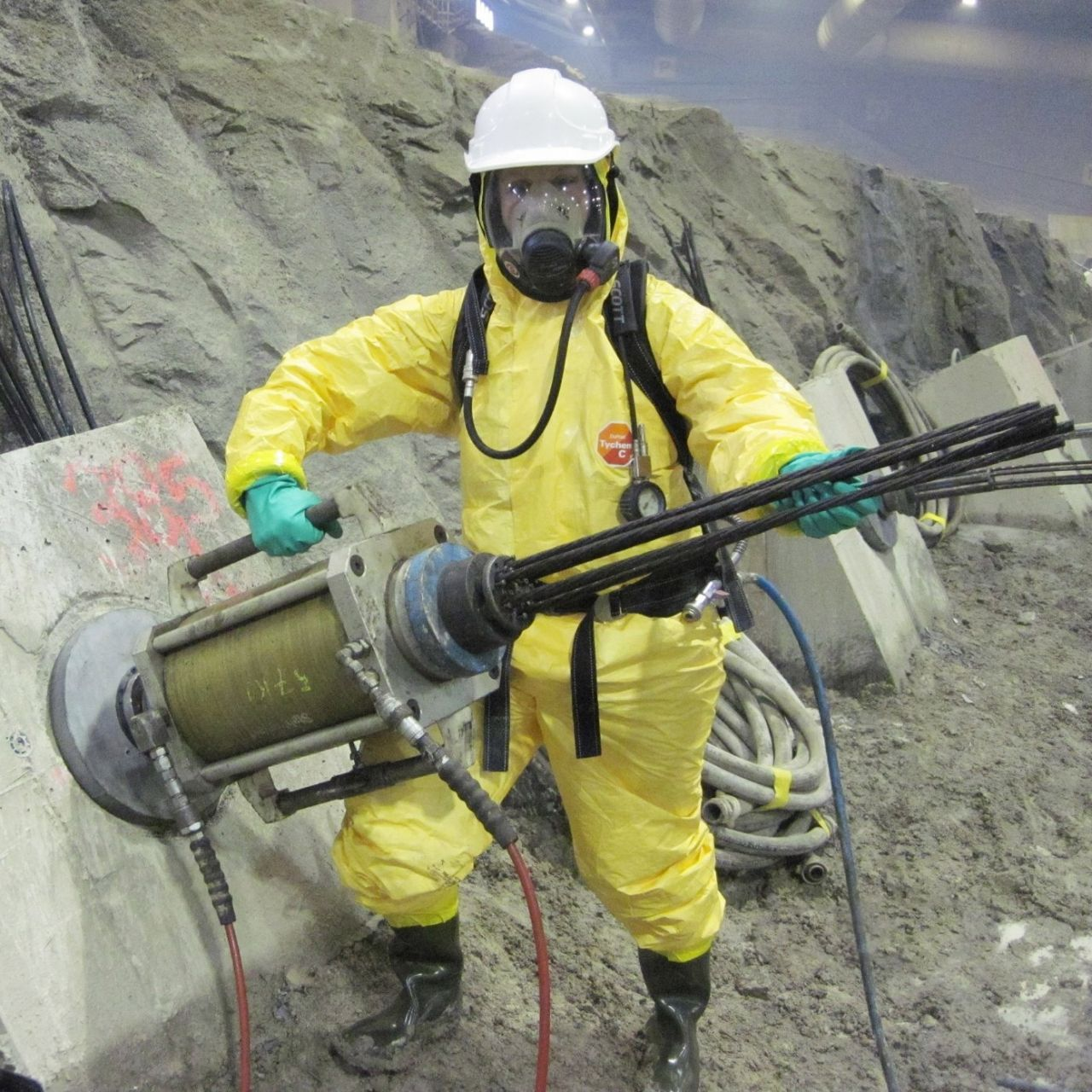 Tensioning the slope-stabilization anchor in the contaminated zone
